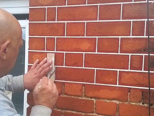 Tuckpointing brickwork